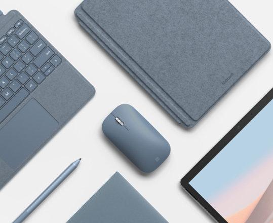 ماوس Surface Mobile محاط بأجهزة وملحقات مطابقة.