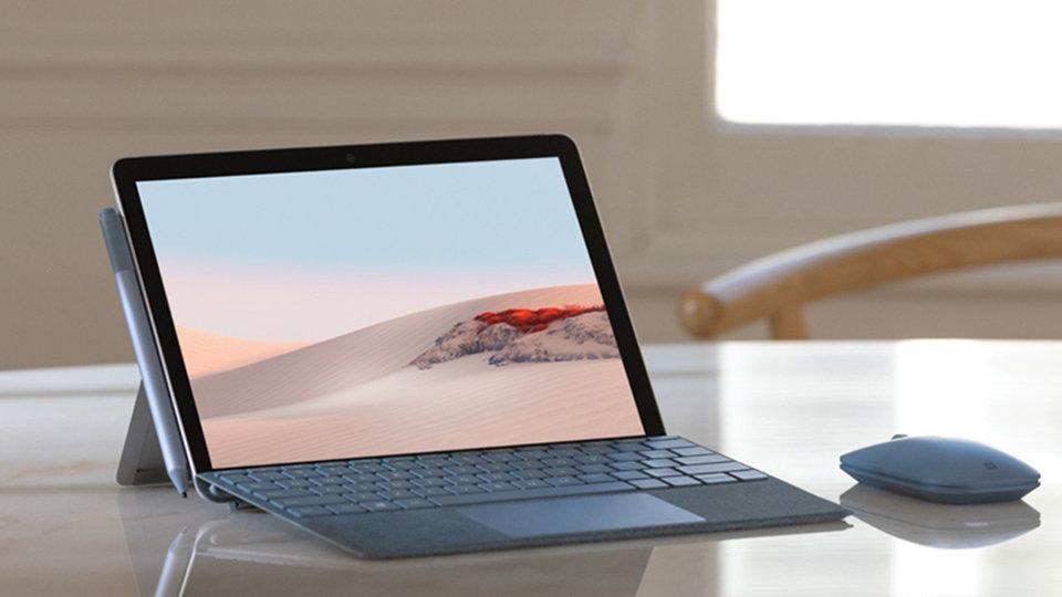 ماوس Surface Mobile مع جهاز Surface على سطح الطاولة.