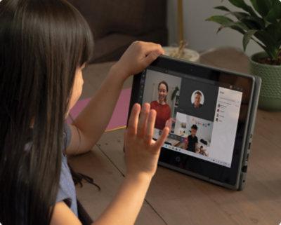 Enfant participant à un appel vidéo Teams sur une tablette