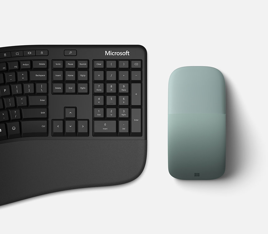 يقع Microsoft Arc Mouse بجوار لوحة المفاتيح.