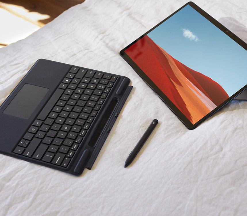 جهاز Surface مزود بغطاء من النوع Type Cover وقلم Surface Pen.