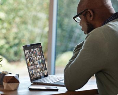 Personne participant à un appel vidéo via Teams sur son ordinateur portable